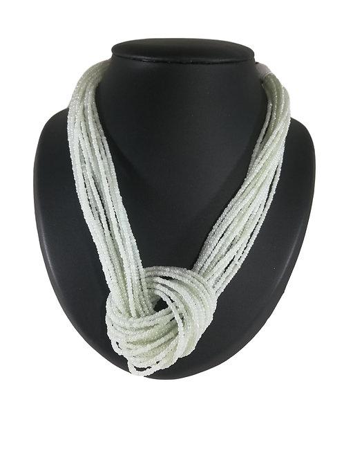 Collier de perles blanches à nœud