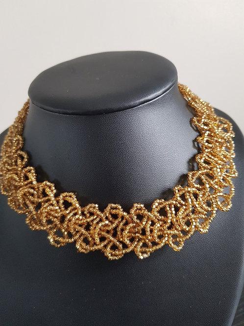Collier de perles dorées ras du cou