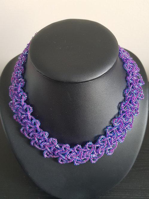 Collier de perles violettes ras du cou