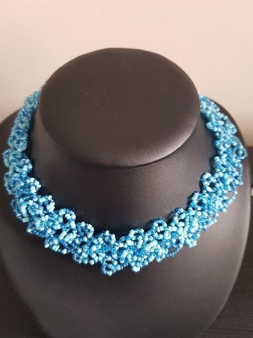 Collier de perles bleues ciel et bleues claires ras du cou