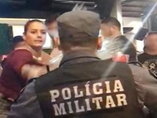 Desacato: Mulher joga bebida em rosto de policial e se dá mal; assista