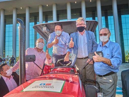 Prefeitura recebe trator que vai beneficiar agricultores familiares e pequena produção