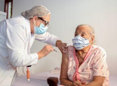 Idosa sendo vacinada na Bahia
