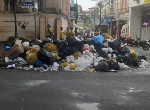 Moradores de Ilhéus espalham sacos de lixo pelas ruas em protesto contra atraso na coleta