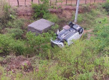 Caraíbas: Carro com quatro PMs sai de pista e capota na BA-262
