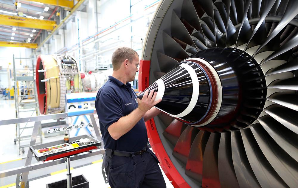 Motor Rolls-Royce sendo inspecionado