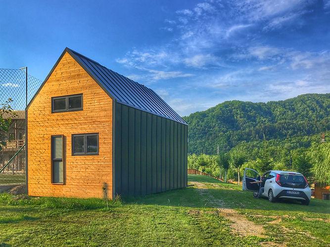 Casa modulara naturala NIDUS, construita din module prefabricate din lemn si izolatii naturale precum paie si finisaje din argila