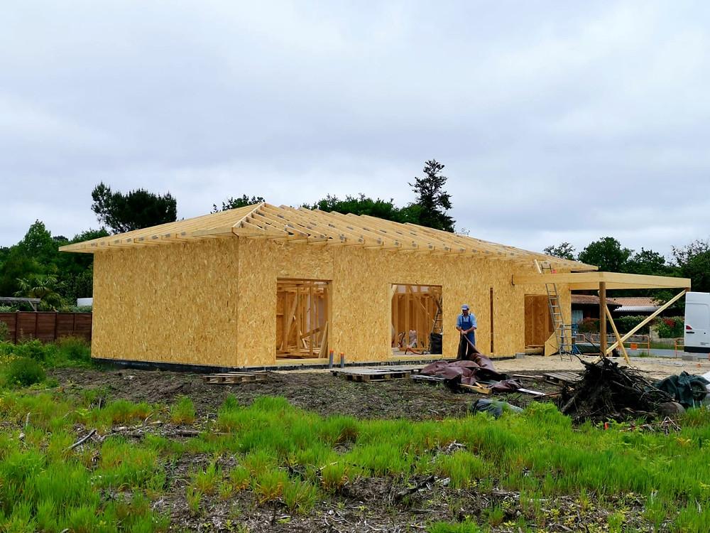 Casă pe structură de lemn, placată pe exterior cu OSB fabricată în România și livrată în Franța.