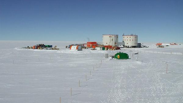 Concordia_Station_in_Antarctica_pillars_
