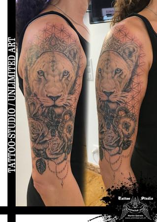 Realistische Löwin mit Krone, Rosen, Herzschloss & Lebensblume Muster Oberarm Mädchen Tattoo 2