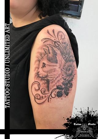 Andenken Tattoo / Katze mit Schnörkel & Blumen Tattoo / Cat With Curlicues & Flowers Tattoo