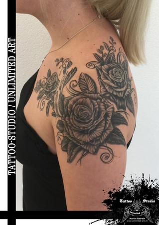 Rosen mit Schnörkel Tattoo / Rose & Flourish Tattoo
