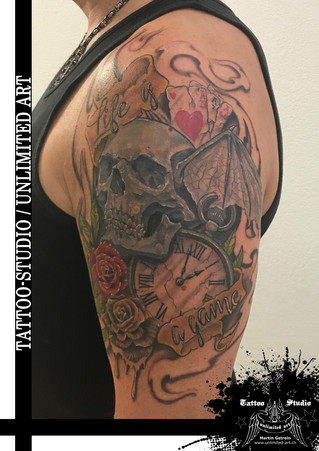 Totenkopf mit Fledermausflügel Tattoo / Taschenuhr & Spielkarten Tattoo /Skull With Bat Wings Tattoo