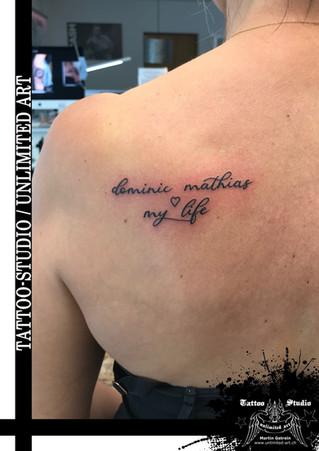 Familien Tattoo / Mädchen Tattoo / Schulterblatt Tattoo / Schrift Tattoo // Family Tattoo