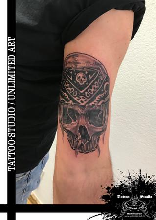 Totenkopf mit Stirnband Tattoo // Skull With Headband Tattoo