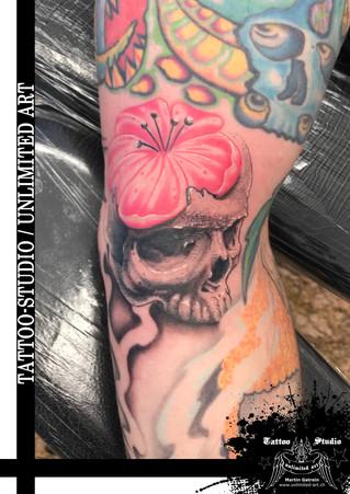 Totenkopf mit Blume Tattoo / Skull With Flower Tattoo