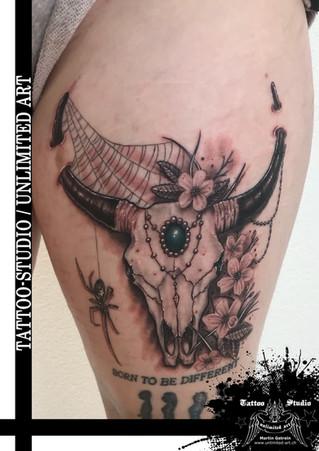Longhorn Schädel mit Spinne & Blumen Tattoo / Longhorn Schädel Tattoo / Longhorn Skull Tattoo