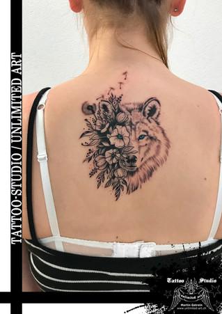 Wolf mit blauen Augen & Blumen Tattoo /  Wolf With Blue Eyes & Flowers Tattoo