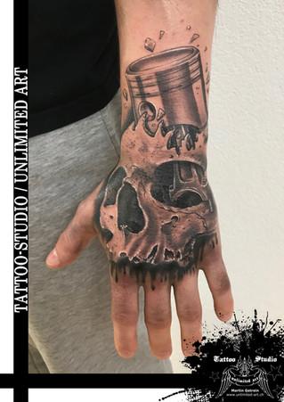 Handrücken Tattoo / Totenkopf mit Kolben Tattoo //  Back Hand Tattoo / Skull With Piston Tattoo