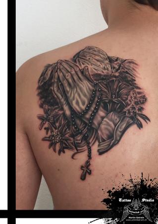 Betende Hände mit Rosenkranz Tattoo // Praying Hands With Rosary Tattoo