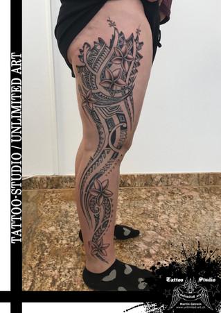 Maori mit Blumen Mädchen Bein Tattoo / Maori With Flowers Girly Leg Tattoo