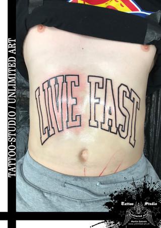Schriftzug Tattoo / Bauch Tattoo // Lettering Tattoo / Belly Tattoo / Live Fast Tattoo