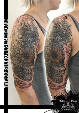 Totenkopf & Blumen Tattoo / Skull & Flowers Tattoo