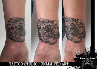 Black & Grey Tattoo / Blüten & Sterne Tattoo / Flowers & Stars Tattoo