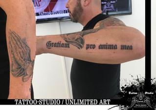 Betende Hände mit Schriftzug Unterarm Tattoo / Praying Hands With Lettering Forearm Tattoo