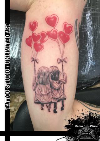Geschwister auf Schaukel mit Herzluftballons Tattoo // Siblings On Swing With Heart Balloons Tattoo