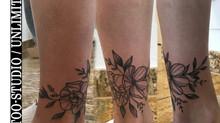 Mädchen Fuss Blumen Tattoo / Blumen Black & Grey Tattoo / Girls Foot Flowers Tattoo