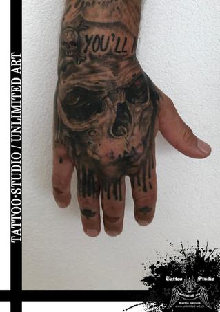 Totenkopf Handrücken Tattoo / Skull Backhand Tattoo