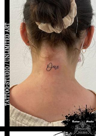 Mädchen Nacken Tattoo / Schrift Due Tattoo / Girl Neck Tattoo / Font Due Tattoo