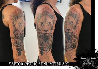 Realistische Löwin mit Krone, Rosen, Herzschloss & Lebensblume Muster Oberarm Mädchen Tattoo 3