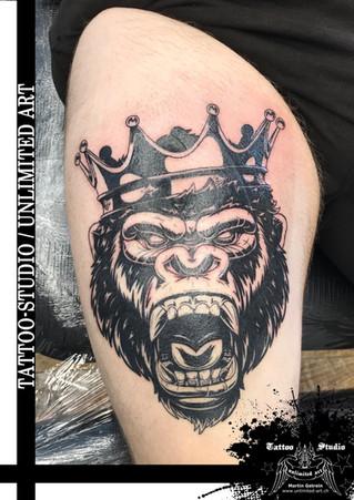 Gorillakopf mit Krone Oberschenkel Tattoo // Gorilla Head With Crown Thigh Tattoo