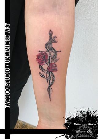 Schlange mit Schwert & Rosen Mädchen Tattoo / Snake With Sword & Roses Girly Tattoo