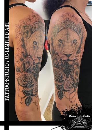 Realistische Löwin mit Krone, Rosen, Herzschloss & Lebensblume Muster Oberarm Mädchen Tattoo 1