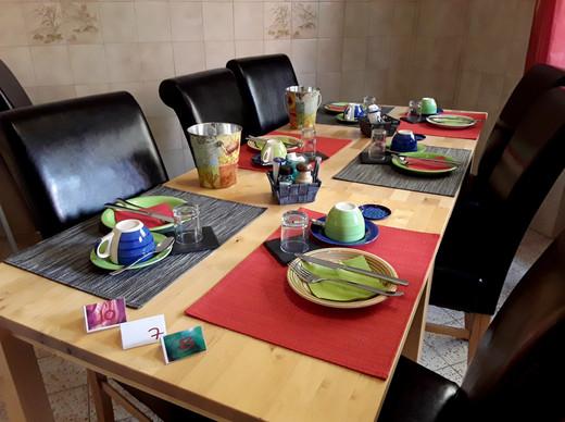 Frühstücks-raum grosser Tisch