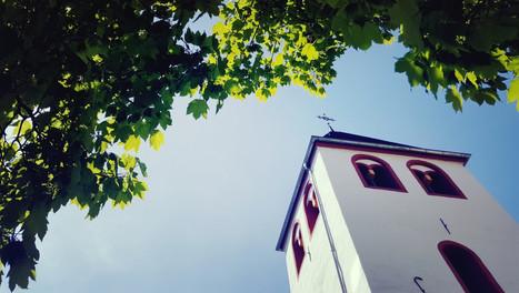 Blick auf den alten Kirchturm bei grßartigem Maiwetter.