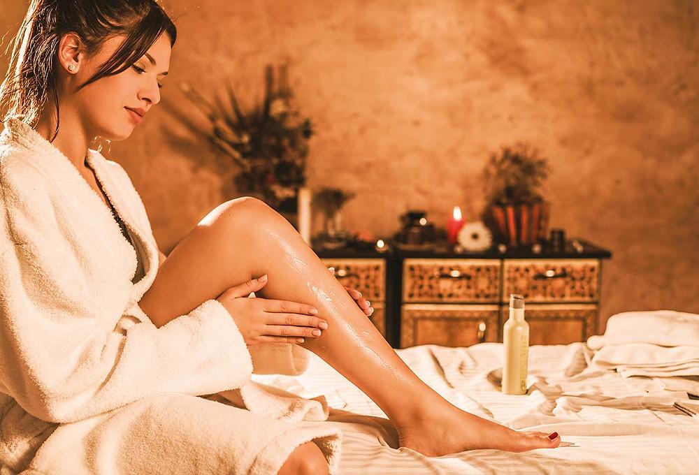 Kobieta korzysta z relaksującego zabiegu spa z olejkiem arganowym