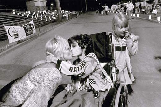 Beso de una madre y un hijo cualquiera.
