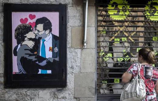 Beso entre Rajoy y Puigdemont.