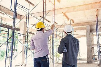 Hommes en réunion de chantier