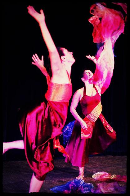 Photo de spectacle de la Compagnie OYA. Les danseuses sont Christèle et Caroline