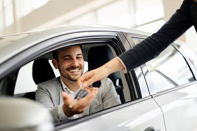 homme souriant qui achète une voiture
