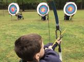 Chlapec střílí šípy