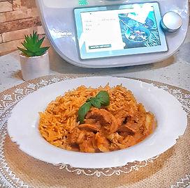 Pulpe de pui cu orez și sos de ardei roș