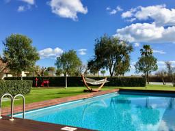 ¿Vaciar la piscina o cubrirla durante el invierno?
