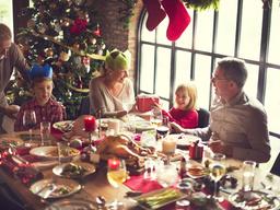 Cómo optimizar el espacio al preparar la mesa para varios invitados