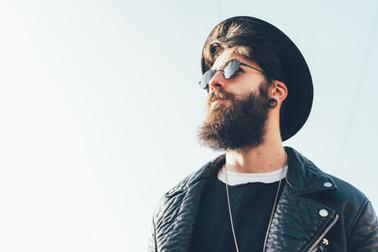 Bärtiger Hipster mit Hut und Sonnenbrill
